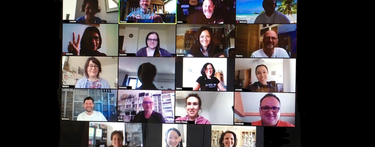 Die LehrerInnen der Musikschule lachen aus einem Bildschirm einer Videokonferenz