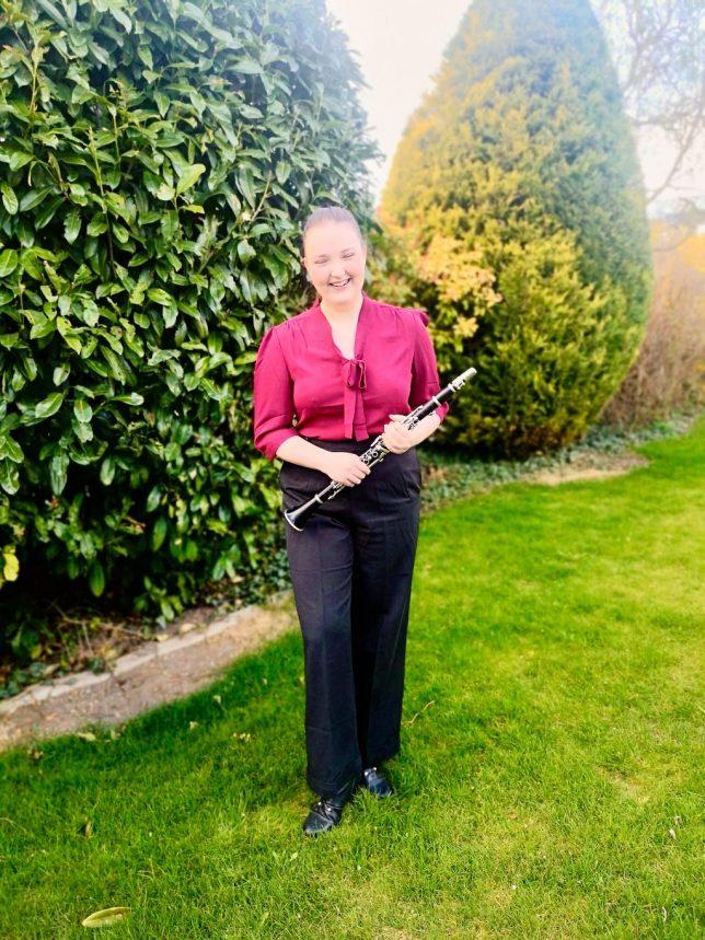 Tanja Weiss mit Klarinette im Garten